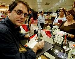 Domingo Villar rubrica el éxito de su primera obra, la novela policiaca «Ojos de agua»