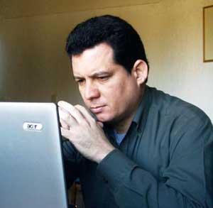 El escritor cubano Amir Valle gana el III Premio Internacional de Novela Negra Ciudad de Carmona